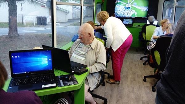 Un Bus Numérique pour former les seniors à l'informatique